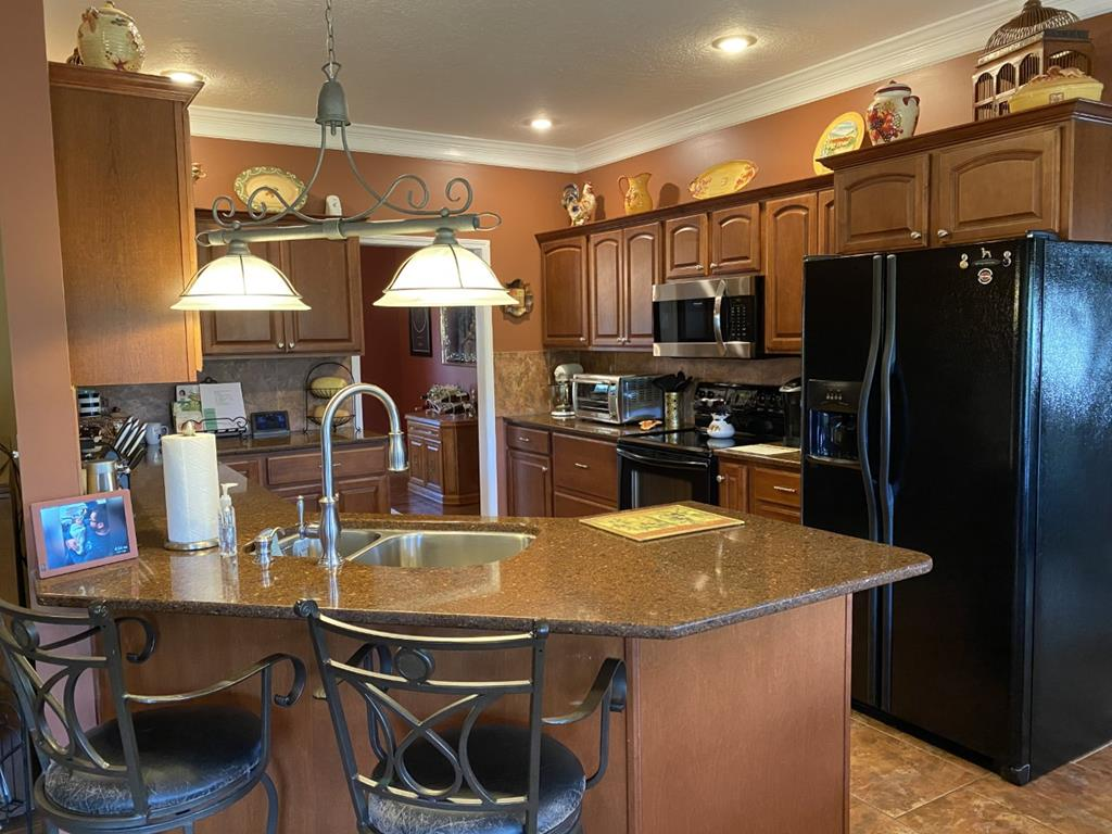 Fully equipped kitchen with silestone countertops